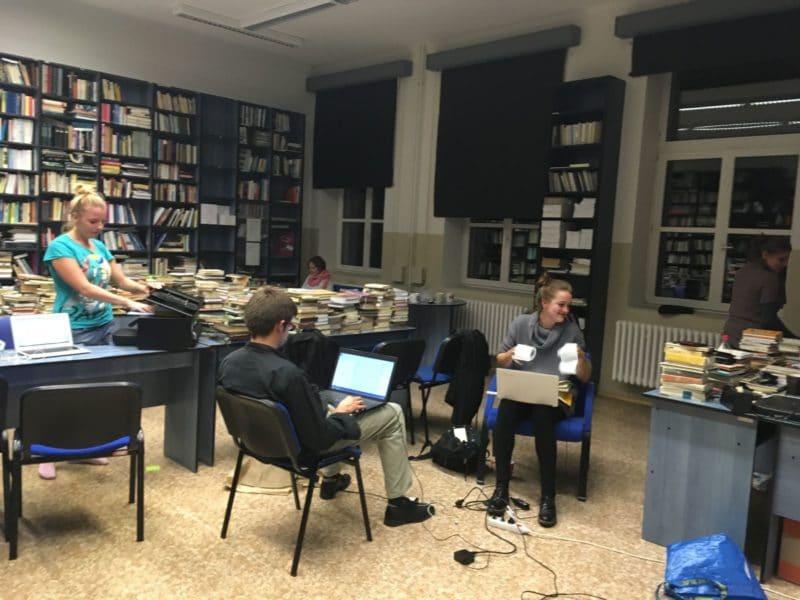 Přípravy v knihovně VŠKK