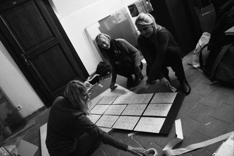 Studenti VŠKK instalují výstavu v jáchymovském muzeu.