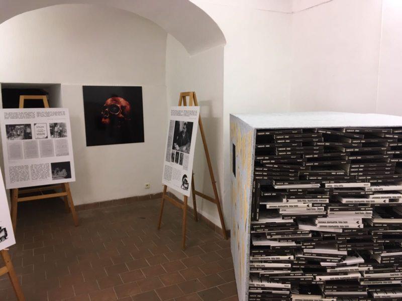 Druhá místnost expozice věnovaná Karlu Peckovi s maketou lágrové korekce.
